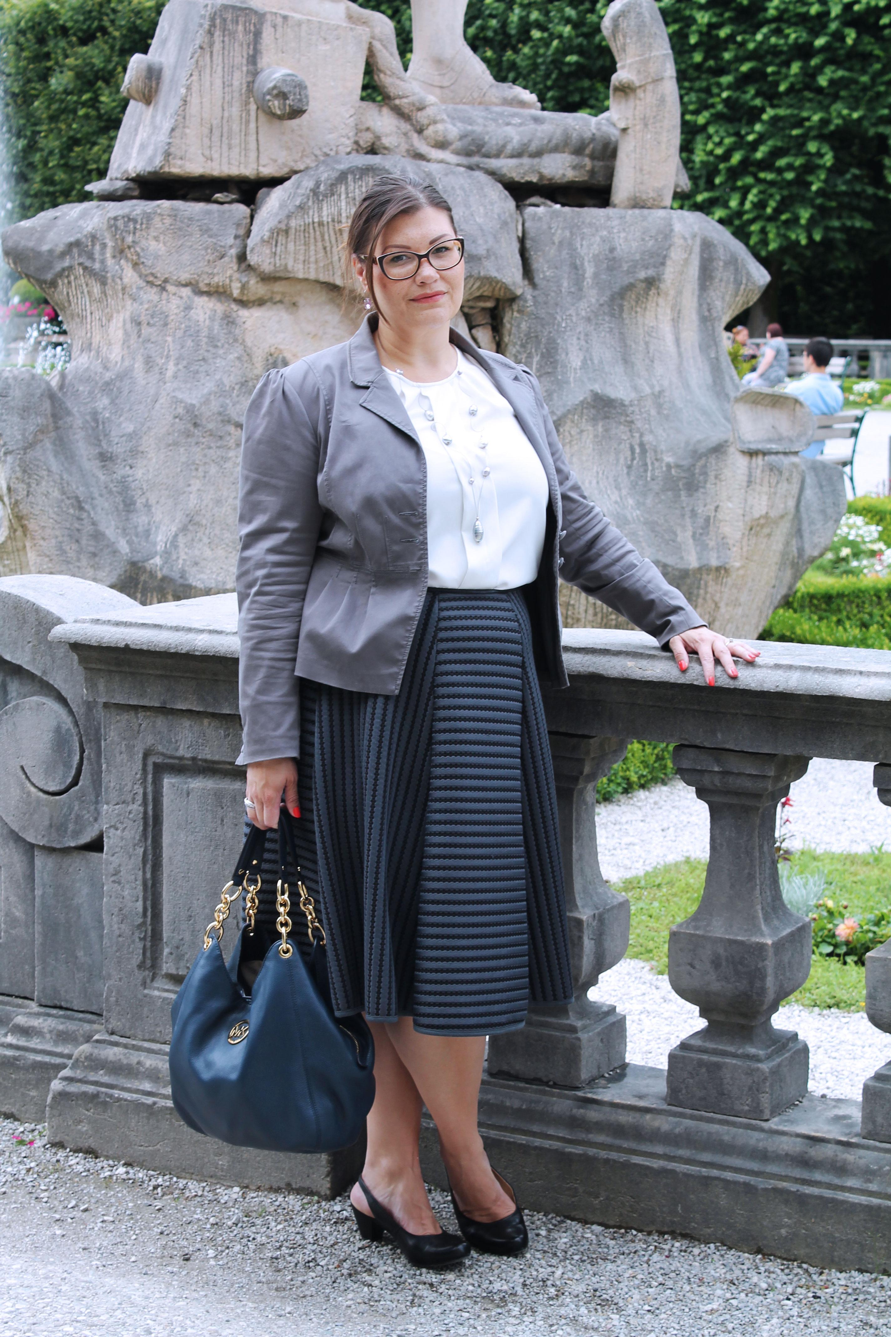 schwarzer-tellerrock-grauer-blazer-statement-brille-michaelkors-bag-hm-plussize-outfit-plussize-fashion-kardiaserena-viennablogger