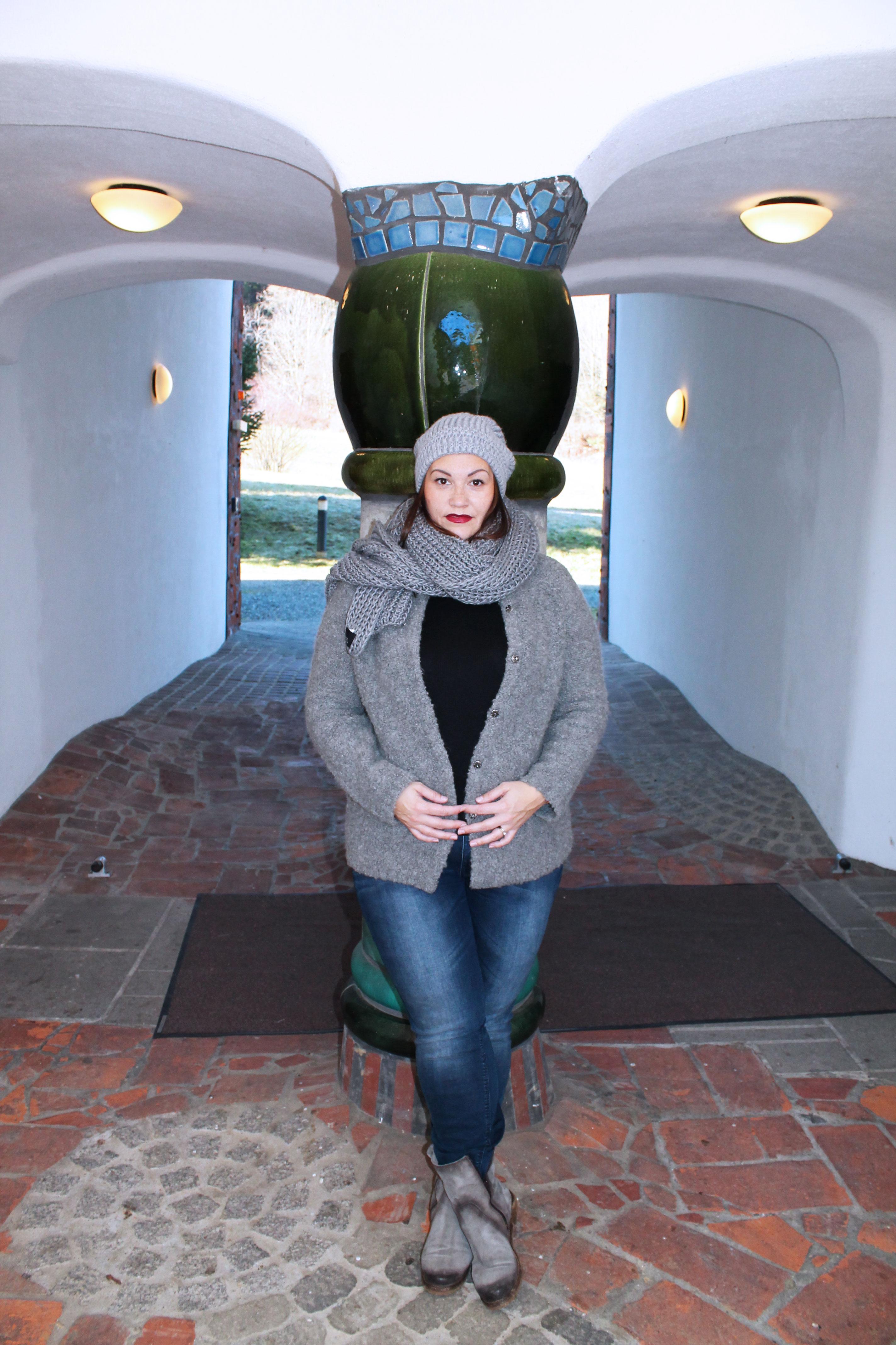 outfit-plussize-boucle-weste-aus-mischgarn-wolle-musthave-winterlook-kardiaserena-beanie-wollschal