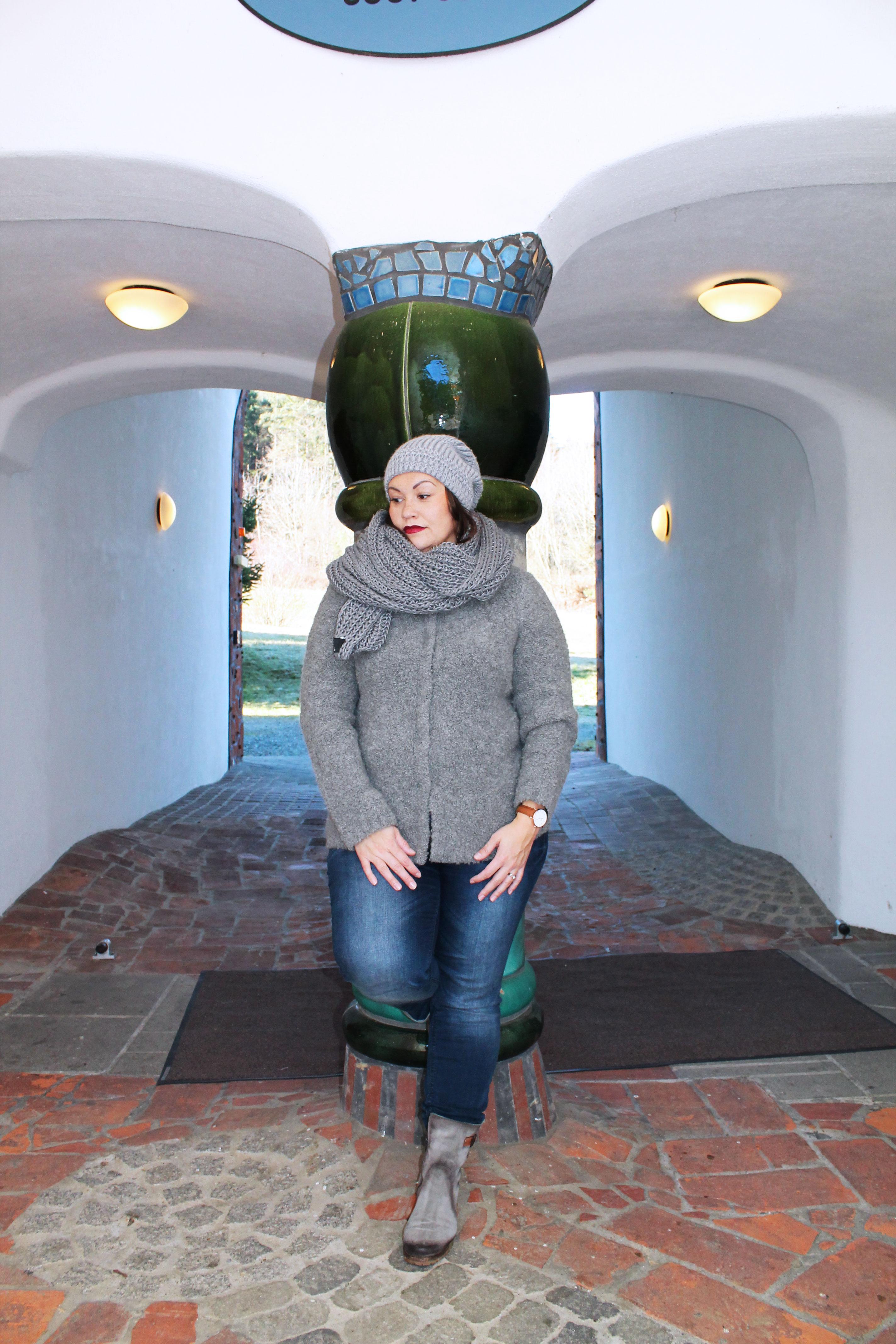 outfit-plussize-boucle-weste-aus-mischgarn-wolle-musthave-winterlook-kardiaserena-cluse-uhr-boots