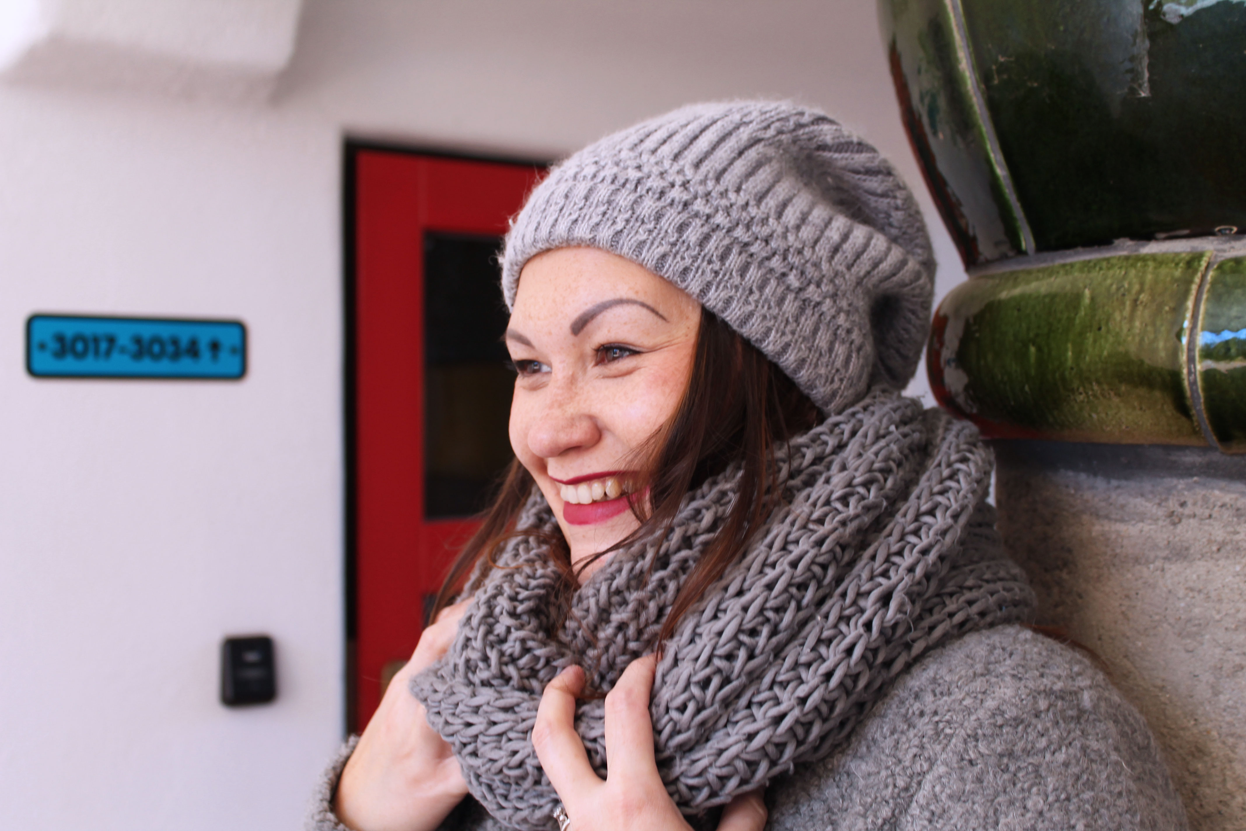 outfit-plussize-boucle-weste-aus-mischgarn-wolle-musthave-winterlook-kardiaserena-merino-beanie