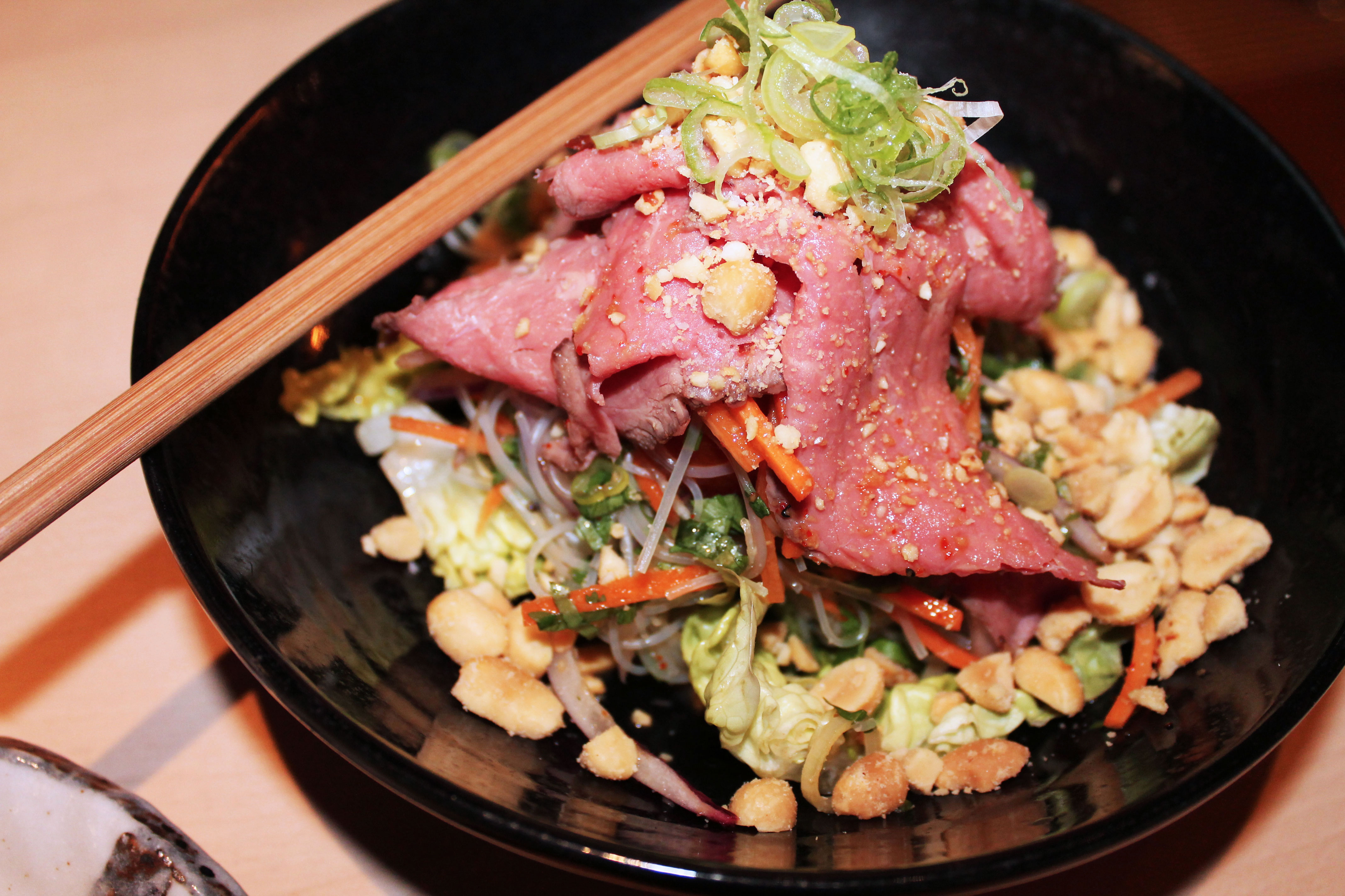 kardiaserena-iki-restaurant-erste-campus-lokaltipp-thai-style-beef-salat-mit-glasnudeln-limetten-chilli-dressing