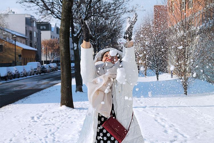 kardiaserena-outfit-plussize-fashion-curvy-asos-winterlook-mit-punktchen-kleid-und-furla-bag-weise-daunenjacke