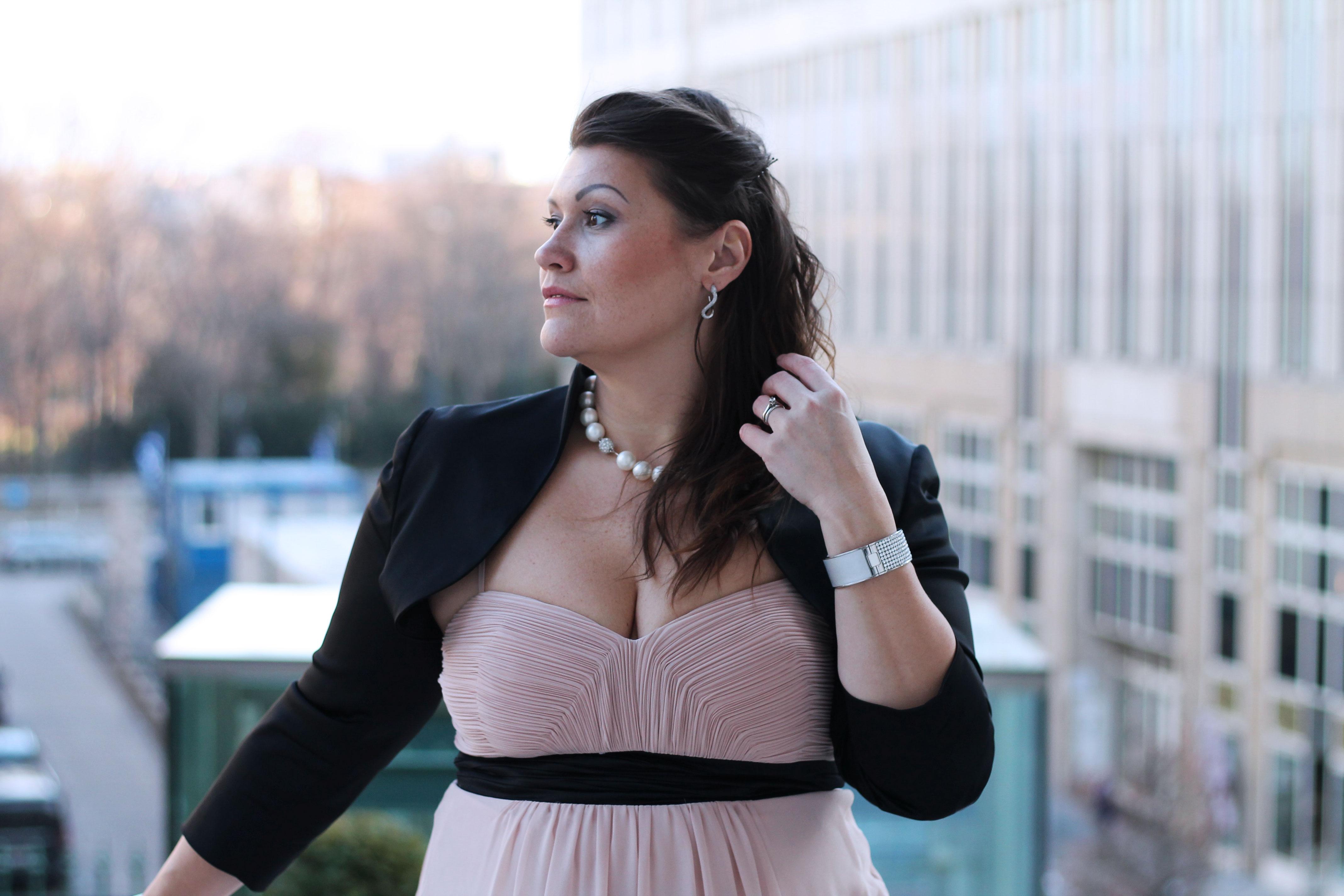ballkleid-farbe-rose-nude-kardiaserena-swarovski-perlenkette-schwarzer-bolero-plussize-blogger-fashion-outfit