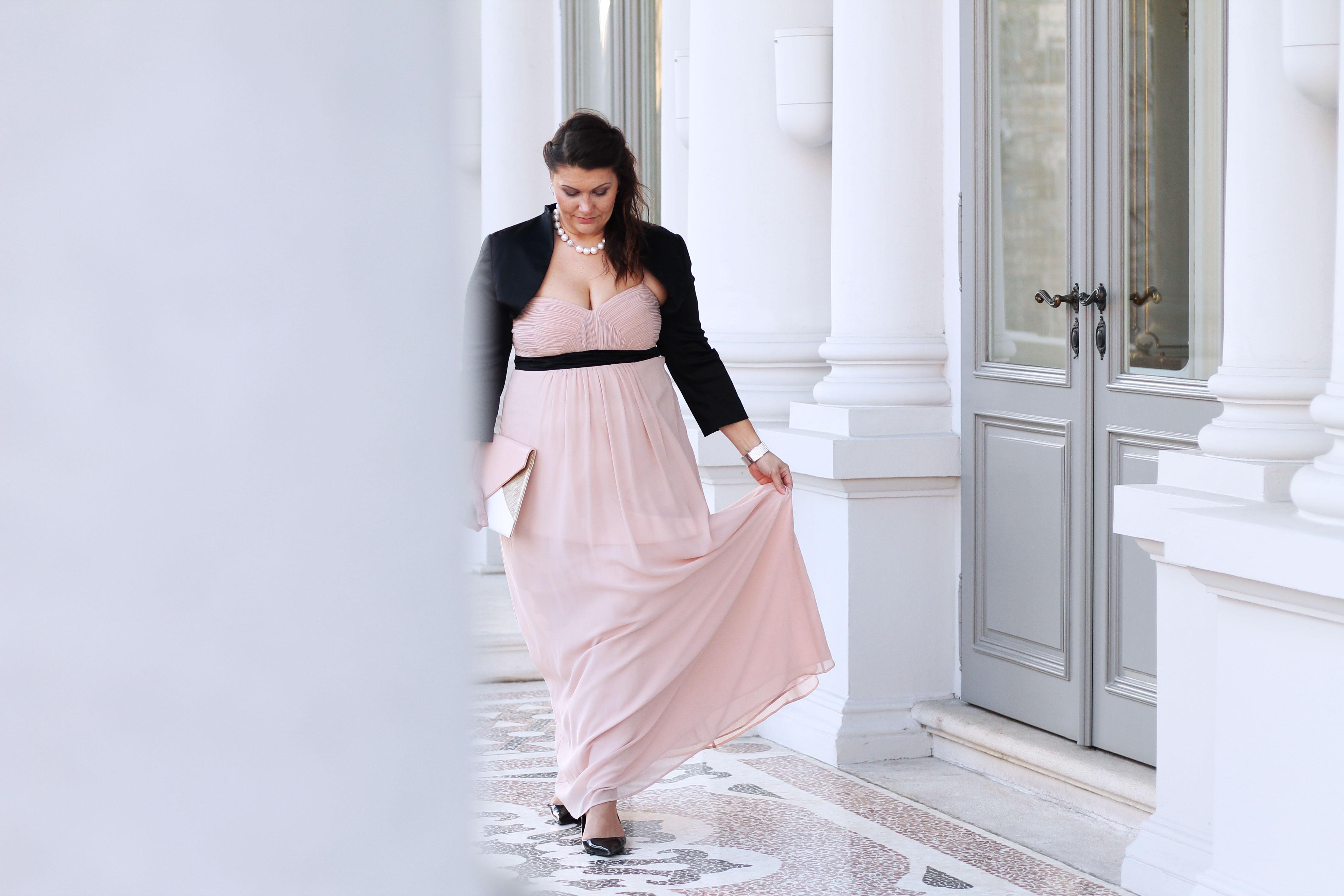ballsaison-ballkleid-farbe-rose-nude-schwarzer-bolero-lackpumps-kardiaserena-plussize-blogger-outfit-fashion
