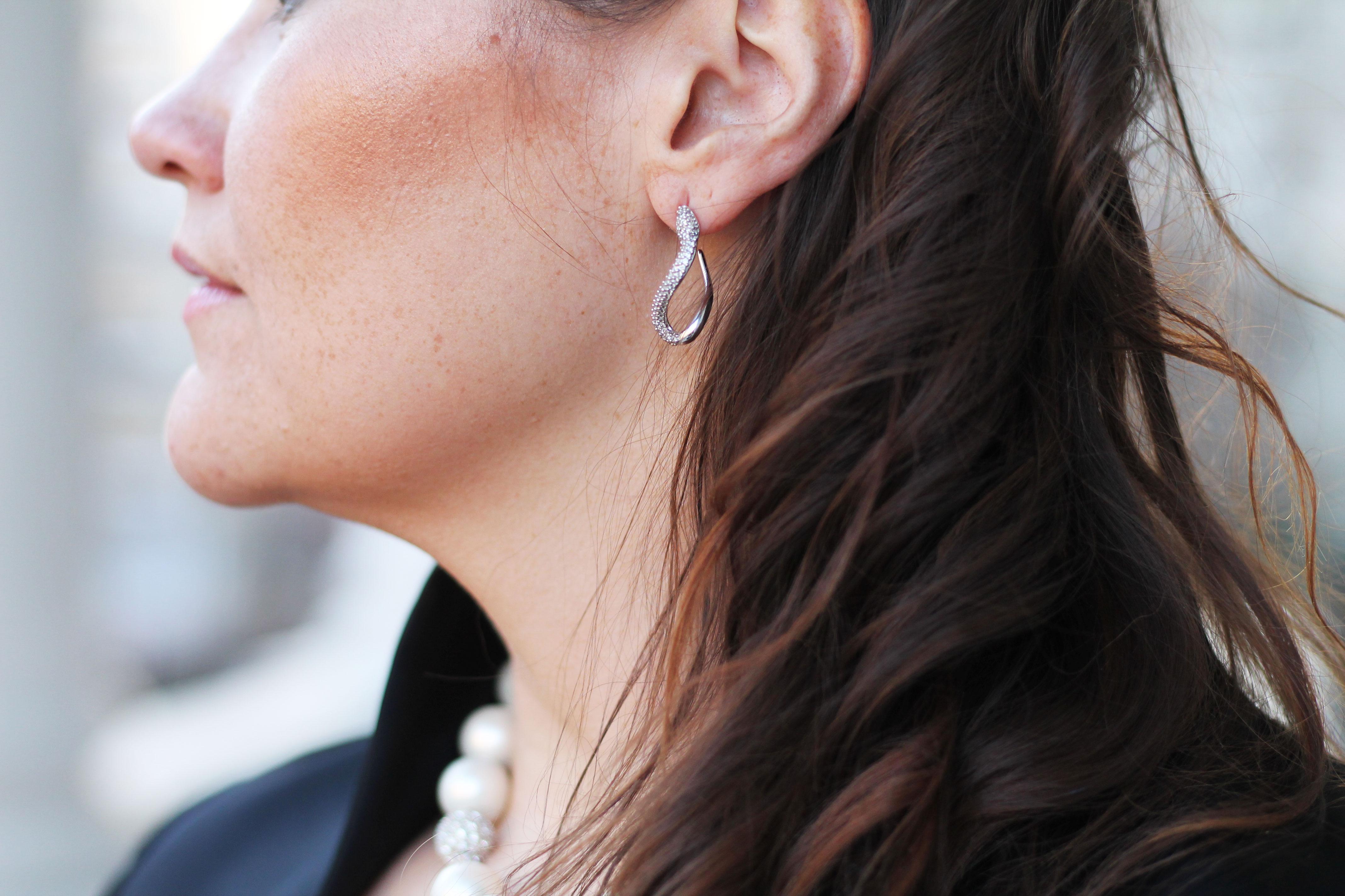 swarovski-ohrringe-balloutfit-locken-frisur-perlenkette-kardiaserena-plussize-blogger-fashion-outfit