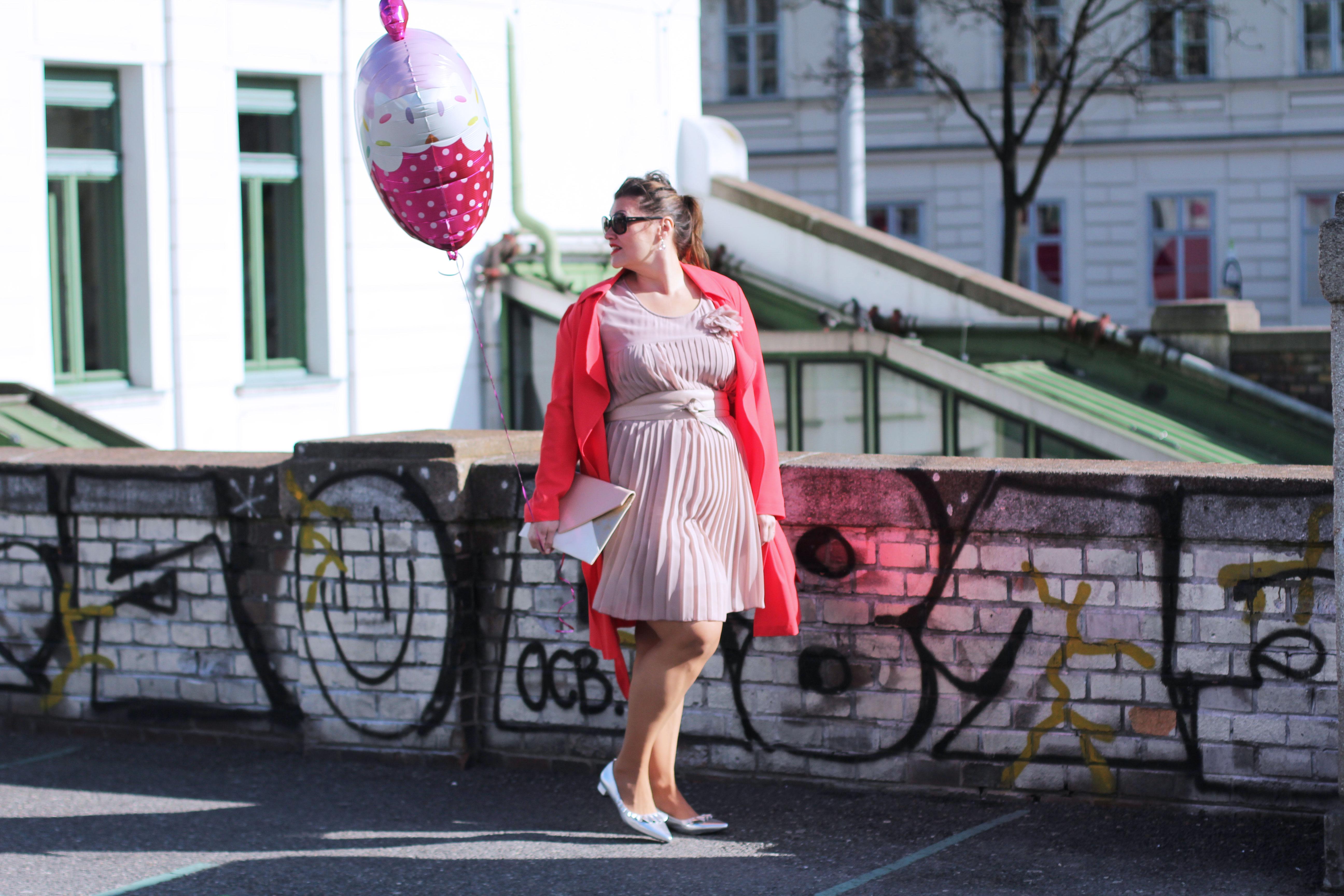 Volant-Metallic-Silber-Plissee-Kleid-Koralle-Trenchcoat-Grandios-Vienna-Plus-Size-Outfit-Look-Spring-Fashion-kardiaserena