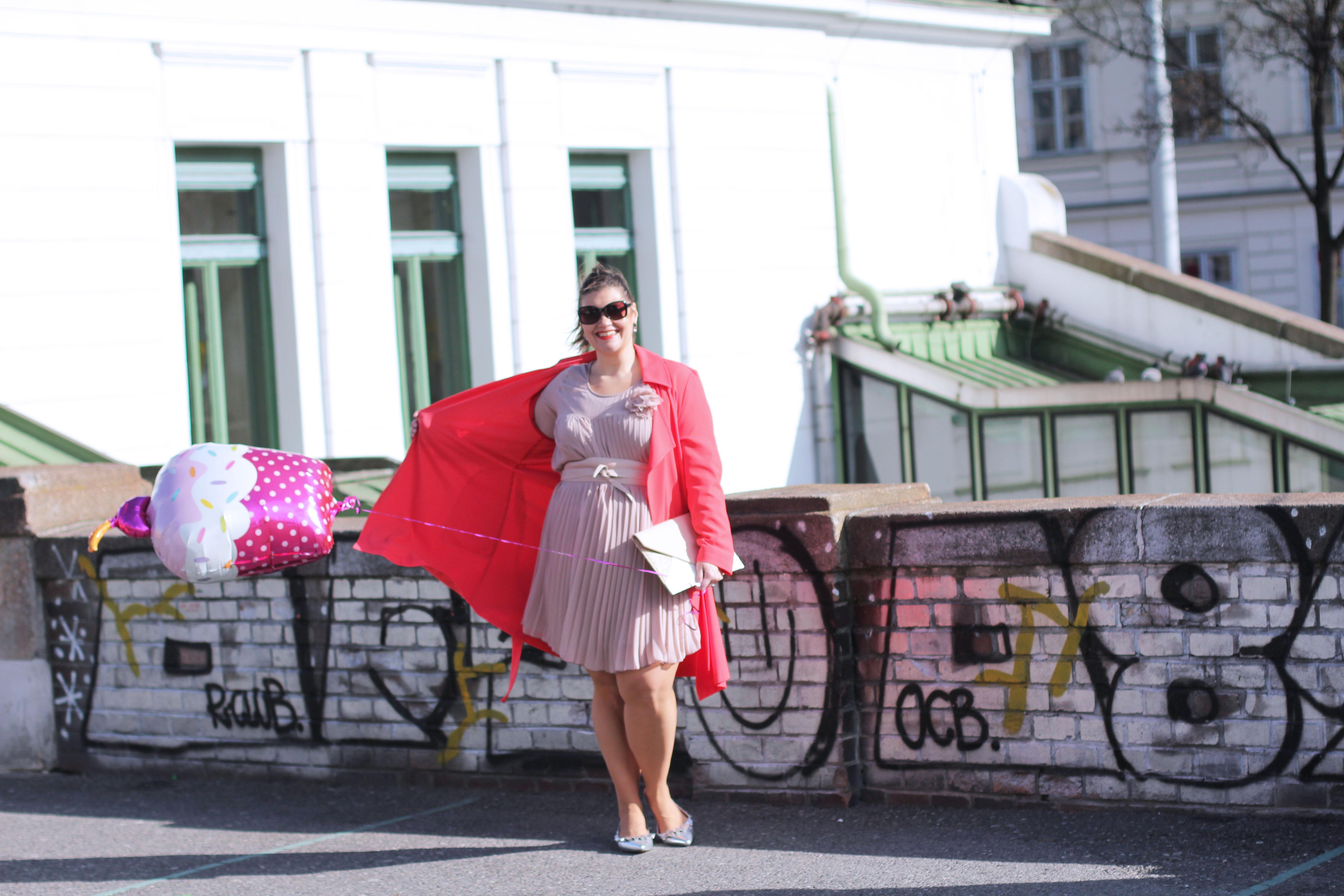 Volant-Metallic-Silber-Plissee-Kleid-Koralle-Trenchcoat-Grandios-Vienna-Plus-Size-Outfit-Look-Spring-Fashion-kardiaserena-cupcake-Plussize
