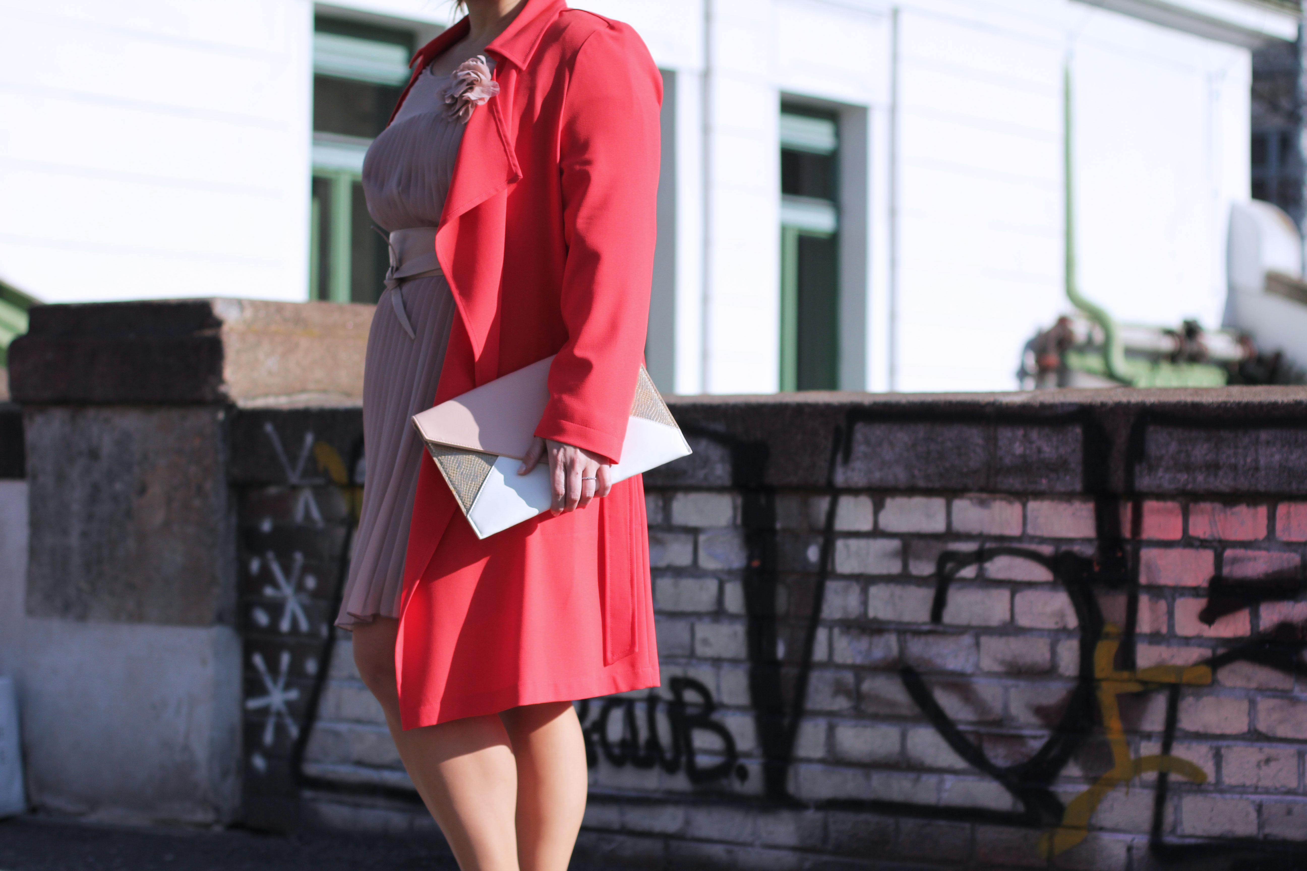 Volant-Metallic-Silber-Plissee-Kleid-Koralle-Trenchcoat-Grandios-Vienna-Plus-Size-Outfit-Look-Spring-Fashion-kardiaserena-cupcake-Romantik