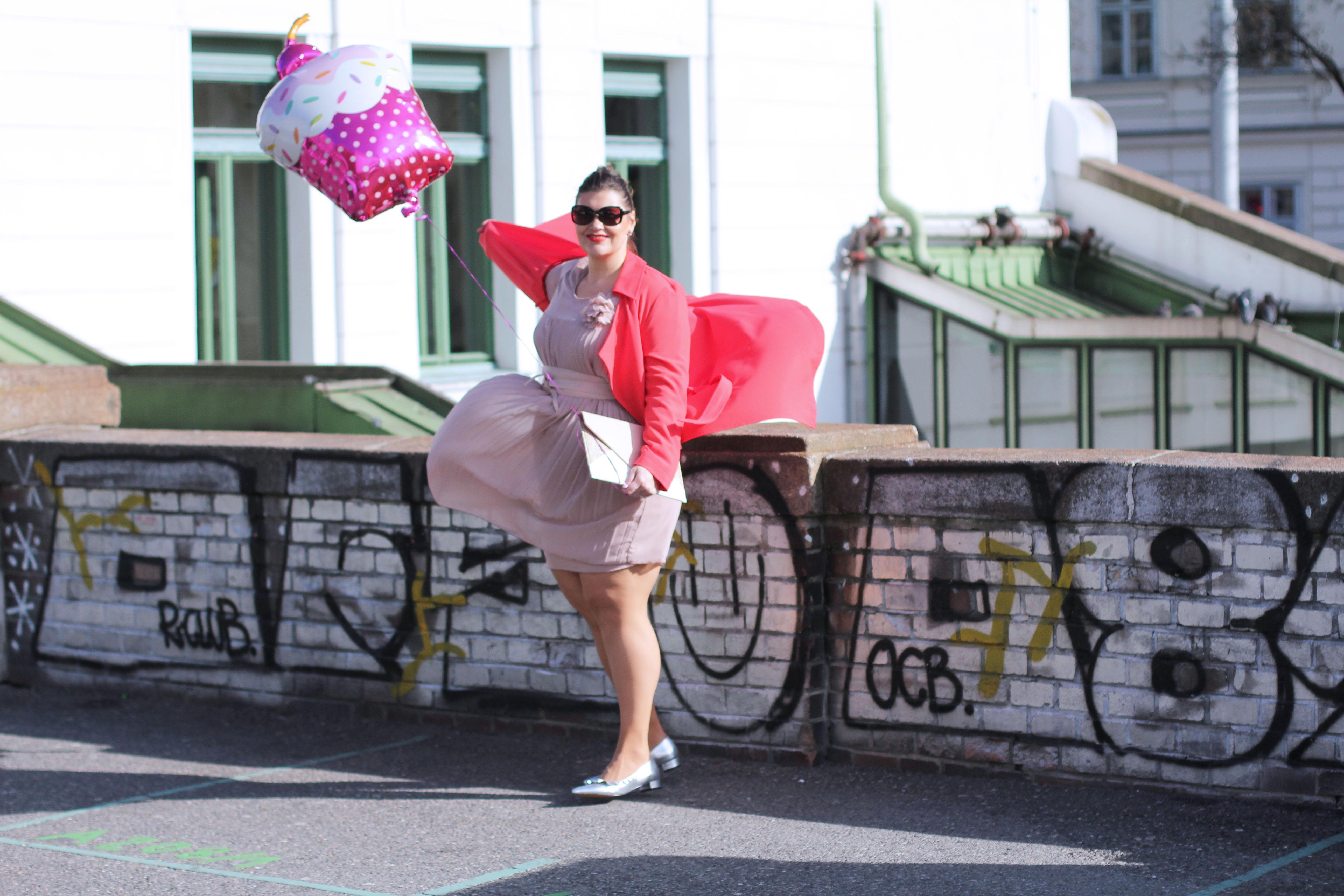 Volant-Metallic-Silber-Plissee-Kleid-Koralle-Trenchcoat-Grandios-Vienna-Plus-Size-Outfit-Look-Spring-Fashion-kardiaserena-cupcake