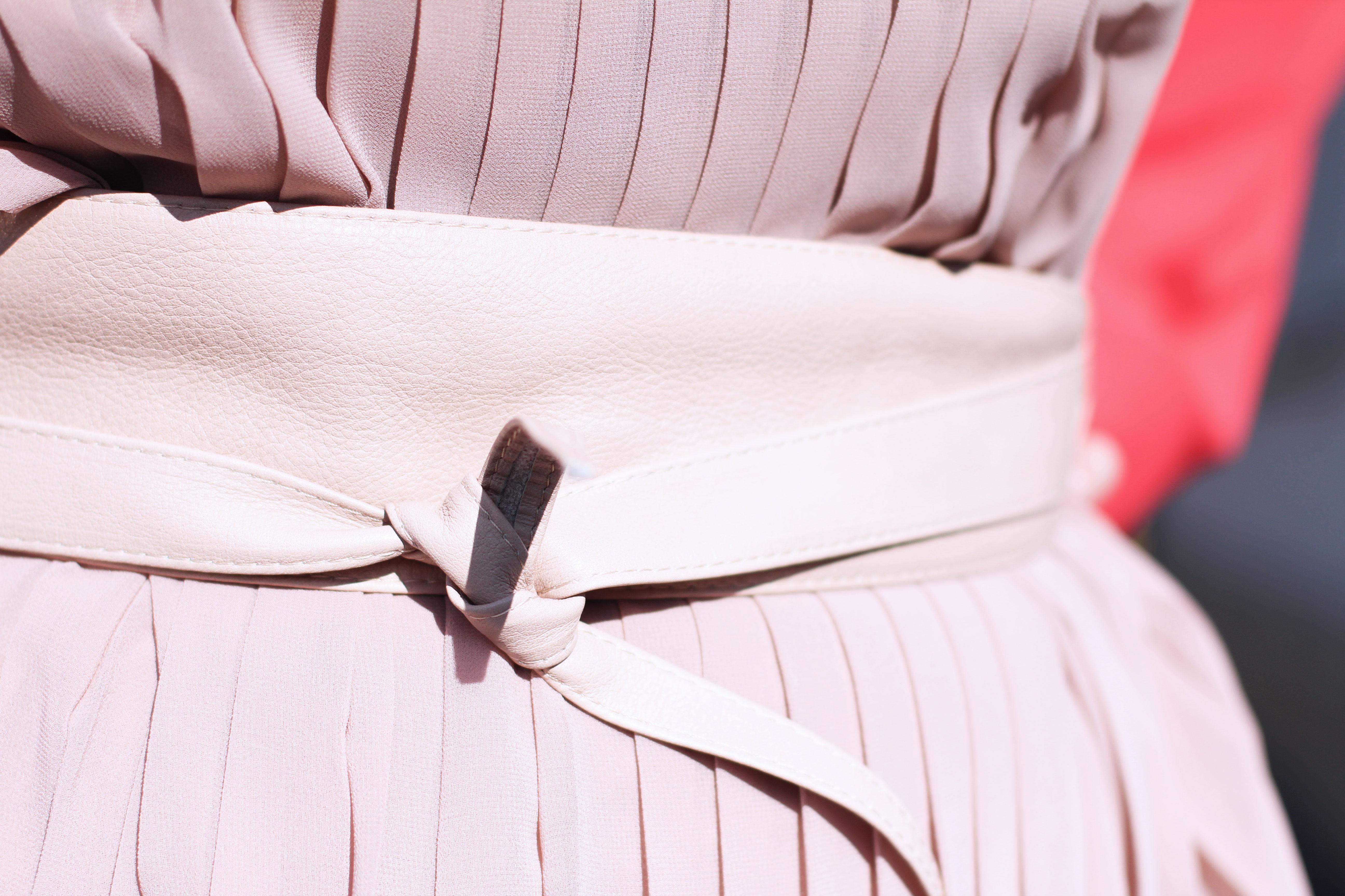 Volant-Metallic-Silber-Plissee-Kleid-Koralle-Trenchcoat-Grandios-Vienna-Plus-Size-Outfit-Look-Spring-Fashion-kardiaserena-Gürtel-Accessoire