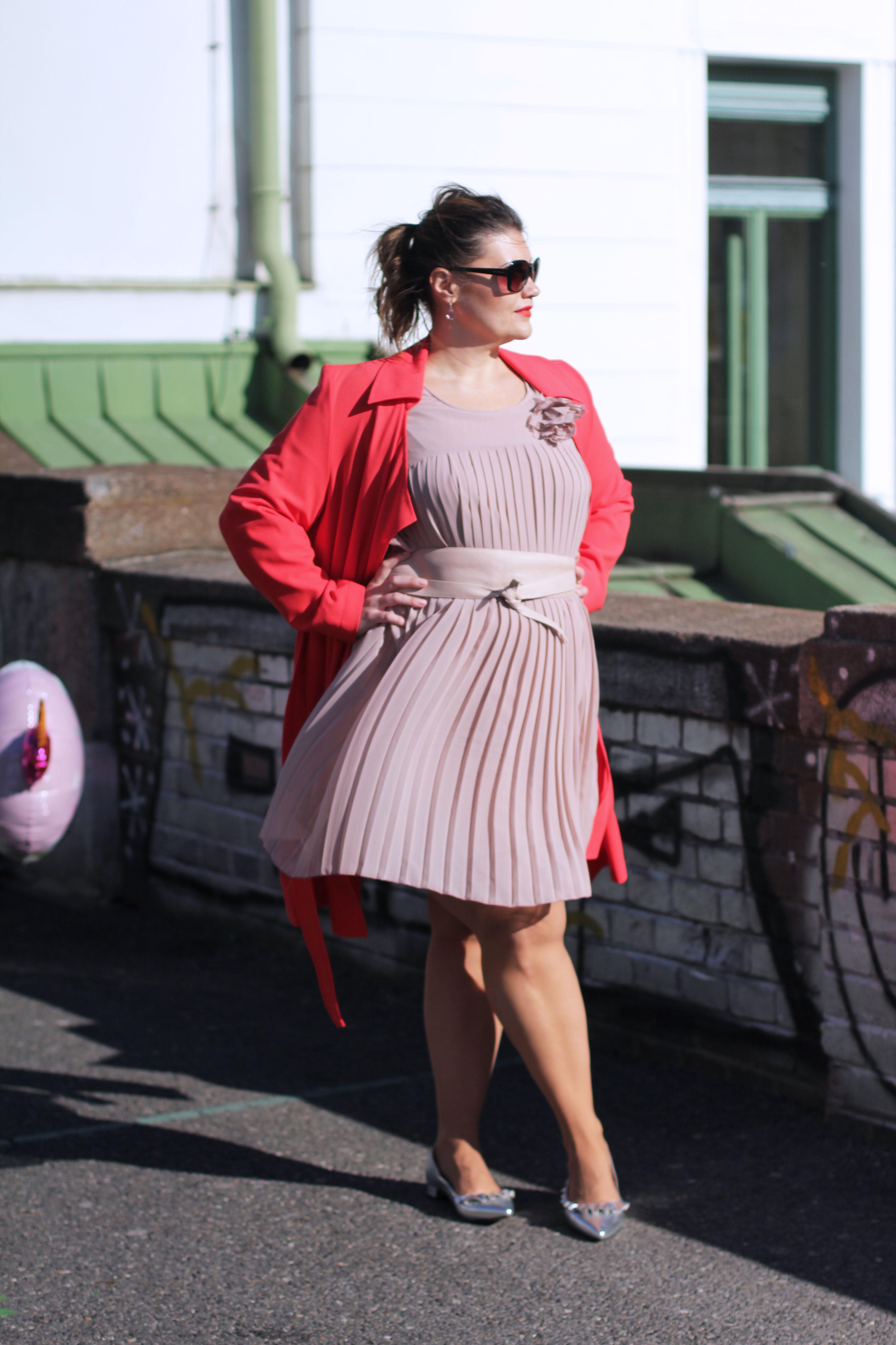 Volant-Metallic-Silber-Plissee-Kleid-Koralle-Trenchcoat-Grandios-Vienna-Plus-Size-Outfit-Look-Spring-Fashion-kardiaserena-Plussize