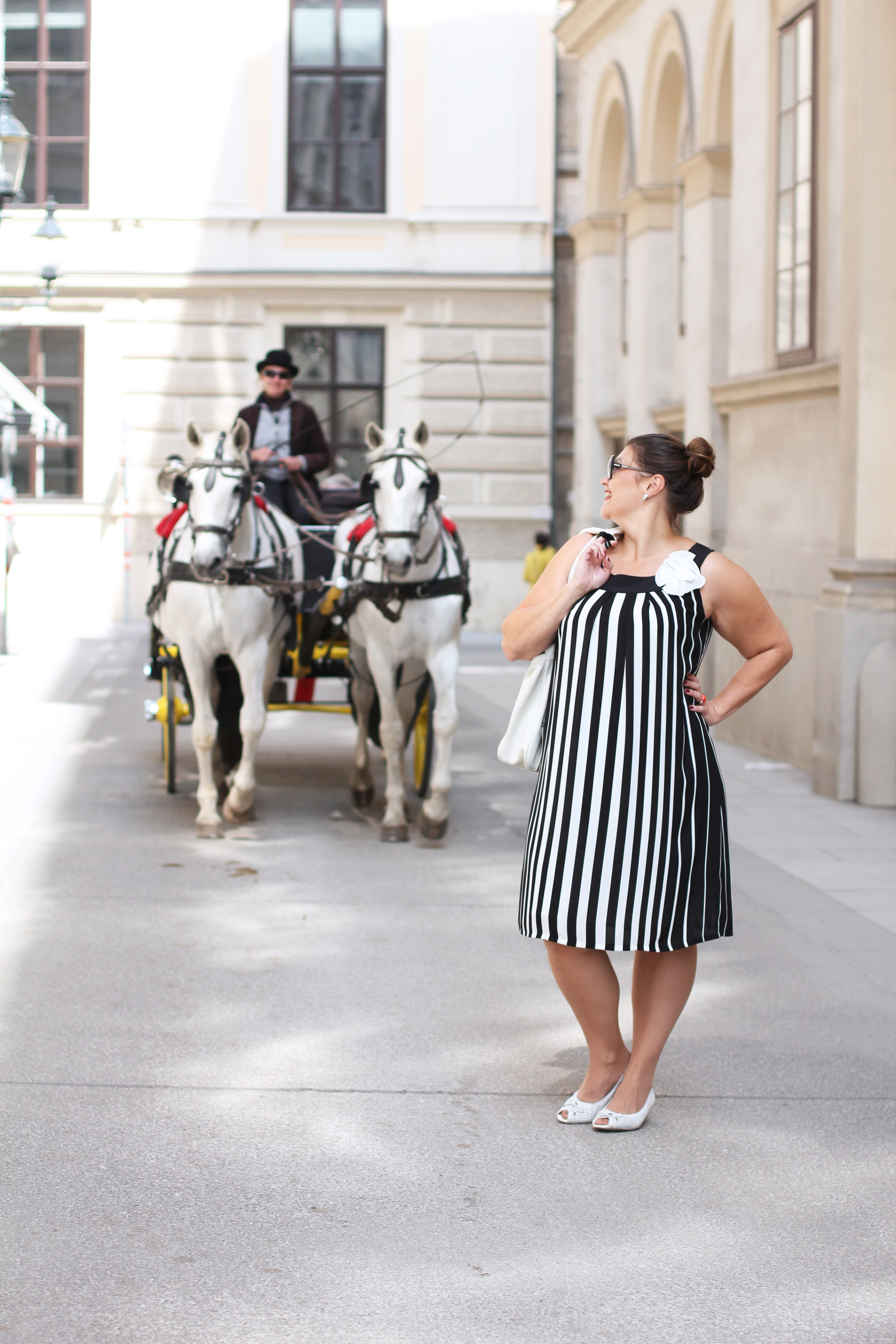 stripes streifen dress kleid fashion challenge whoismocca kardiaserena furla white black audrey hepburn style wien vienna