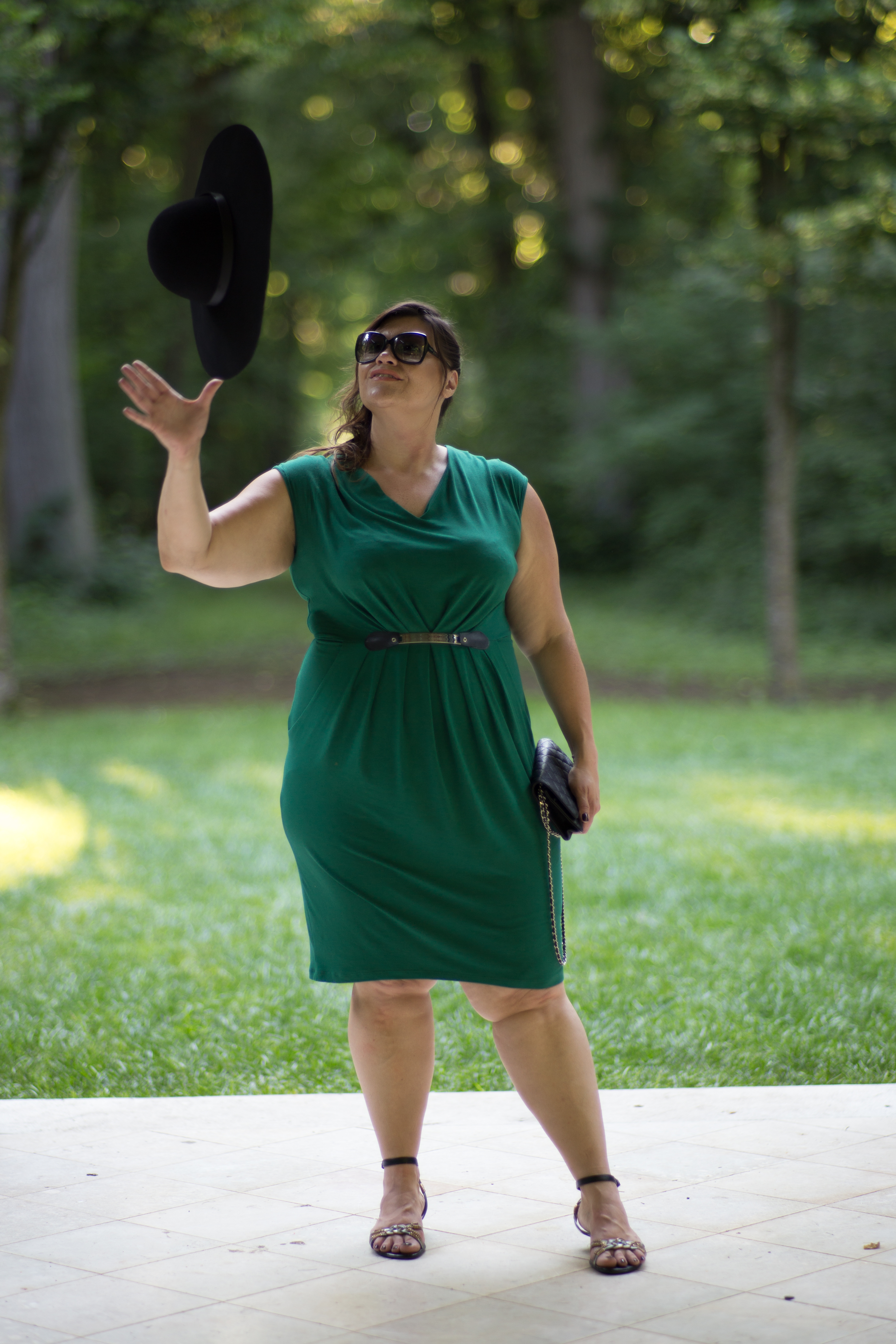 kardiaserena plussize fashion grandios boutique greenery outfit grünes kleid plussize blogger black hat hut