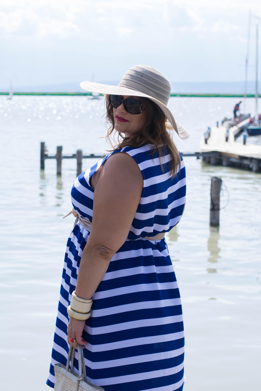 streifenkleid blau-weiß sommer fashion plussize outfit frapp maritime marine look kardiaserena boutique grandios hut korbtasche