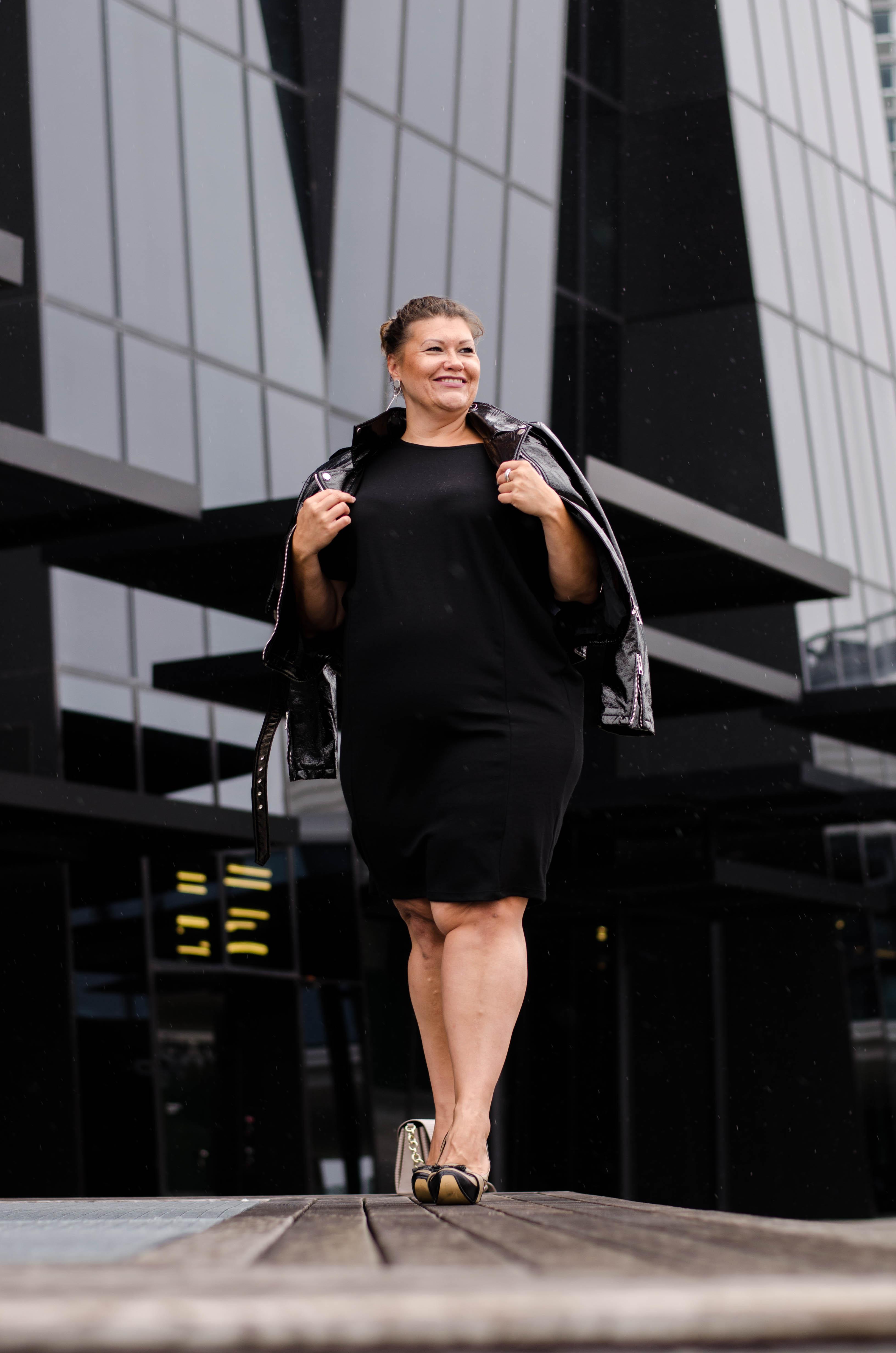 schwarzes kleid frapp fashion lack jacke zizzi fashion grandios vienna plus size fashion outfit look austrian blogger kardiaserena (5)
