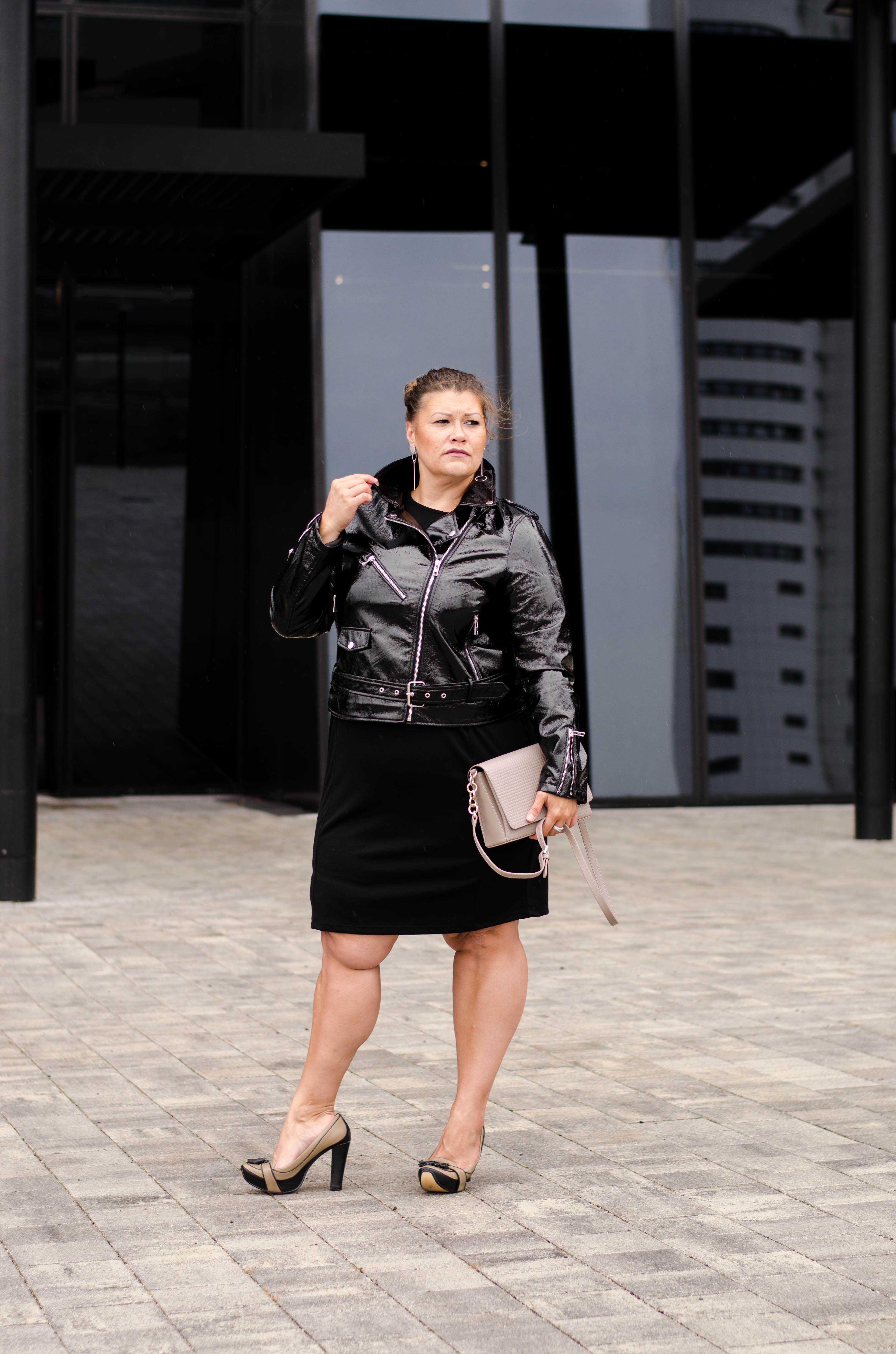 schwarzes kleid frapp fashion zizzi lack jacke fashion grandios vienna plus size fashion outfit look austrian blogger kardiaserena