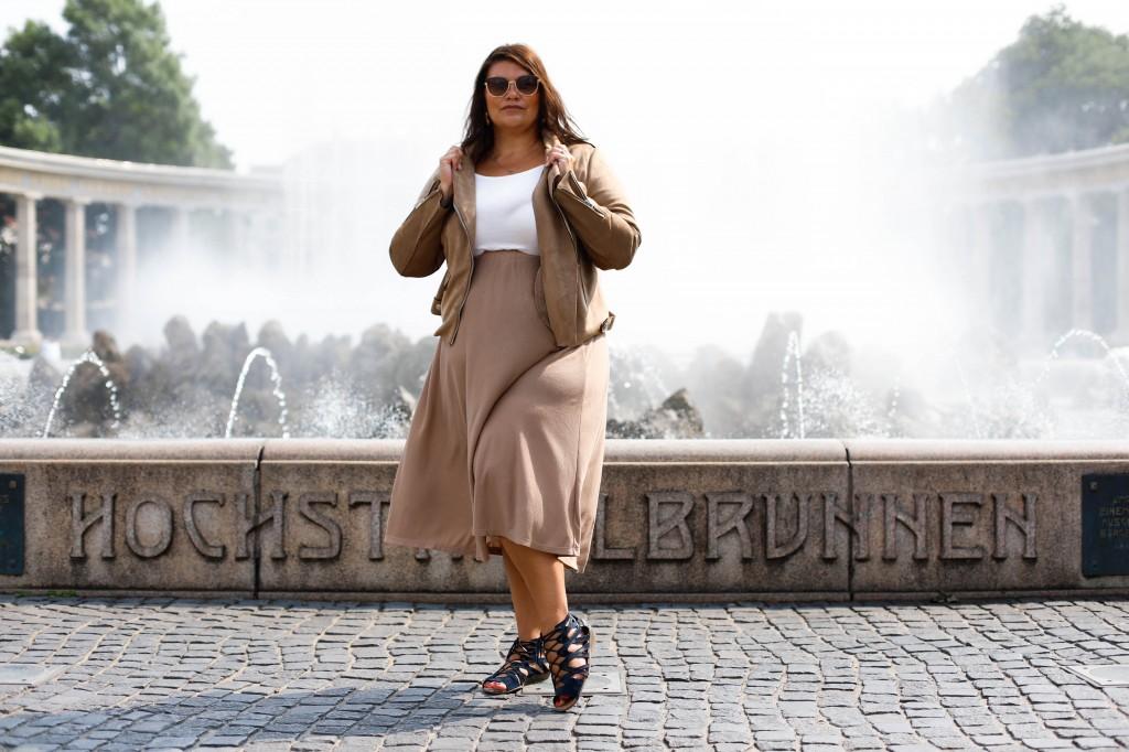 trend erdtöne so trägt frau die trendfarbe braun im herbst leder jacke it-piece must-have plus size fashion outfit look große größen kleidergröße 46+ kardiaserena