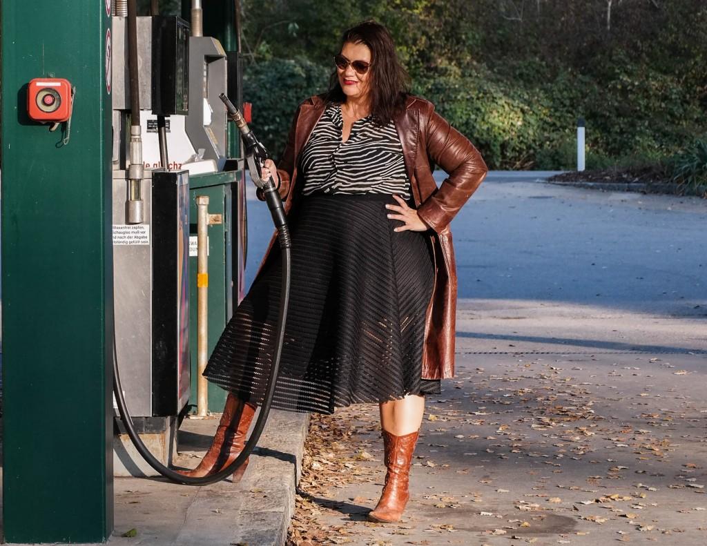 herbst schuhtrend cowboy boots stiefel so stylt frau die westernstiefel stilsicher plussize fashion outfit look große größen mode curvy kurvig inspiration animal print trend braun leder erdtöne größe 46+ plus size kardiaserena