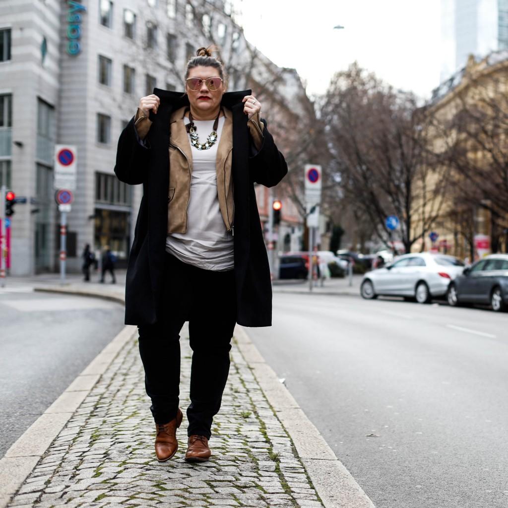 plus size fashion outfit mantel coat dufflecoat massgeschneidert sumissura onlineshop 100% schwarze wolle musthave in jedem kleiderschrank kardiaserena matrix reloaded