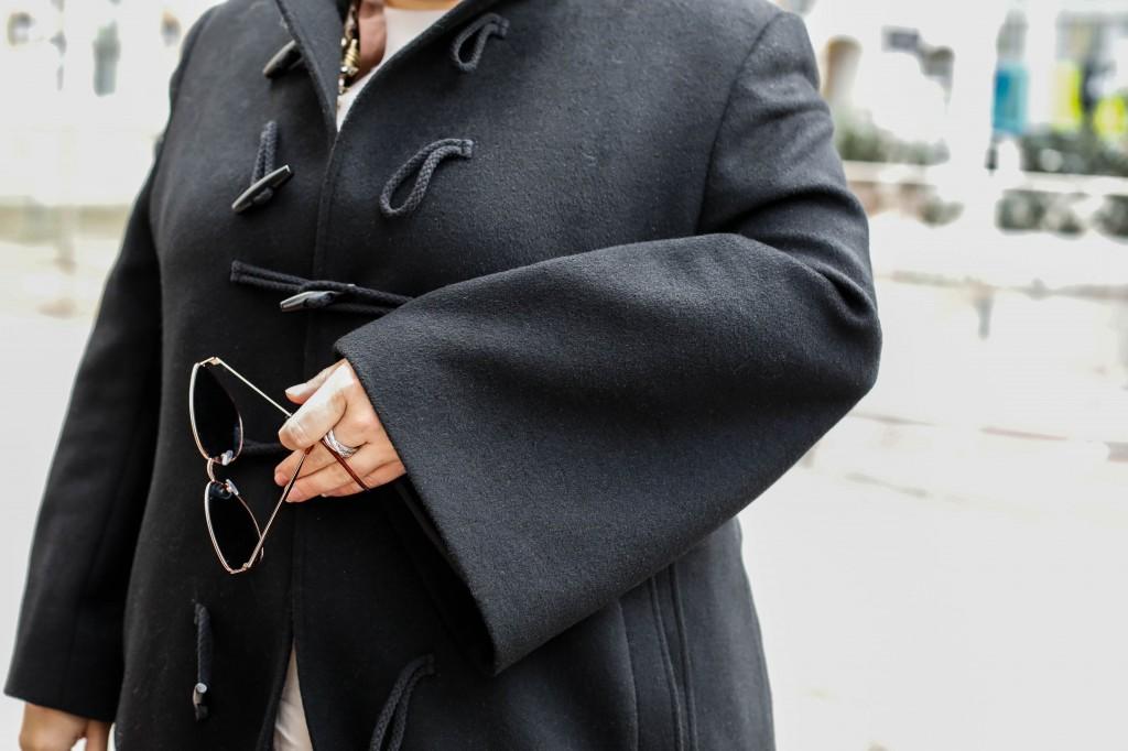plus size fashion outfit mantel coat dufflecoat massgeschneidert sumissura onlineshop 100% schwarze wolle musthave in jedem kleiderschrank kardiaserena